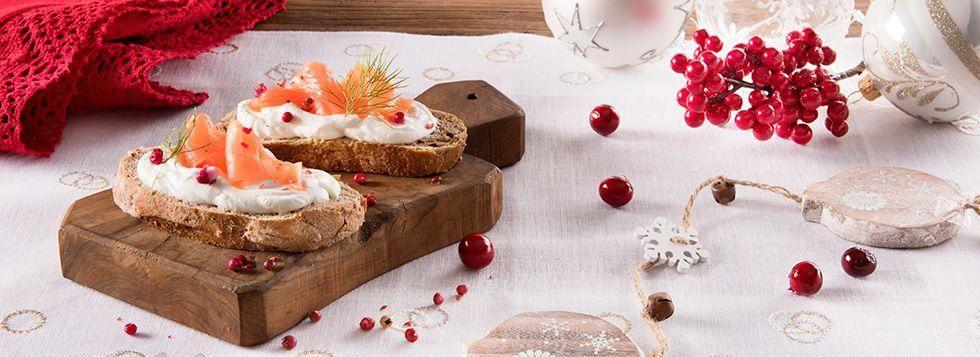 Tartine ai cereali con salmone e formaggio spalmabile