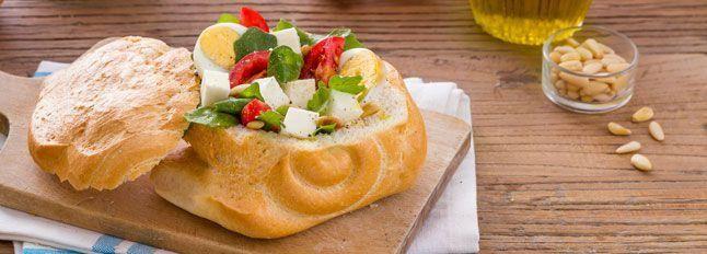 Insalata di mozzarella, uova sode e rucola in guscio di pane