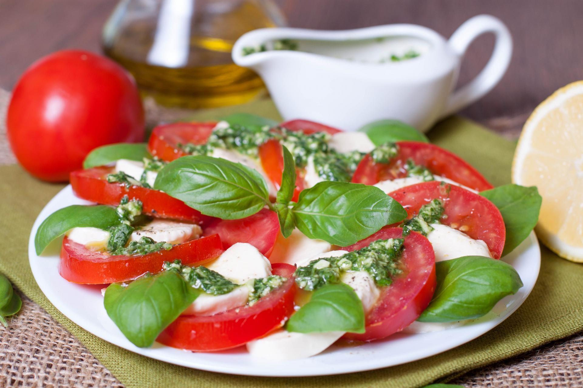 Pomodori e mozzarella con pesto