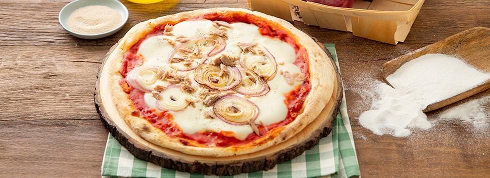 Pizza con cipolle rosse e tonno