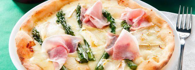 Pizza con cotto, asparagi e formaggio di capra