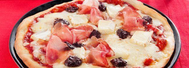 Pizza speck, brie e paté di olive nere