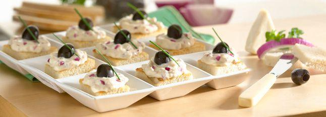 Crostini con cipolla rossa, olive nere e formaggino