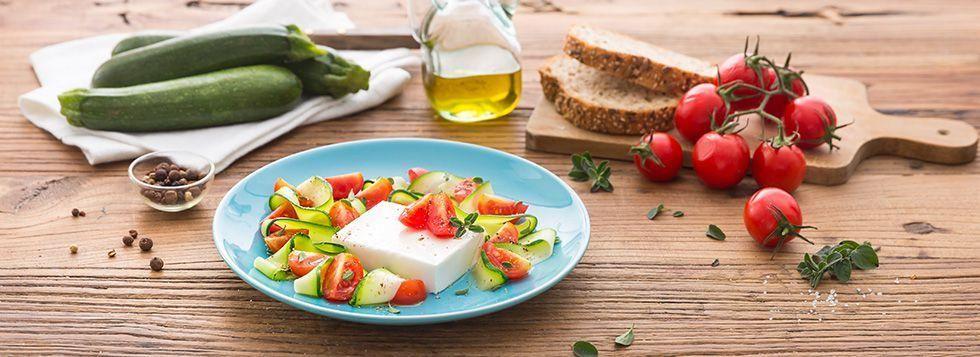 Insalata tricolore con formaggio fresco spalmabile e verdure