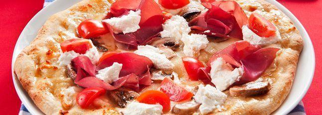 Pizza con caprino, bresaola e champignon