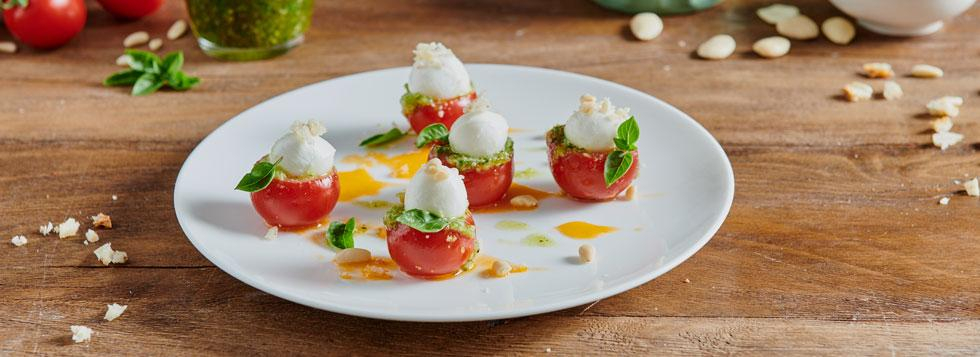 Pomodorini ripieni di mozzarelline, pesto alle mandorle e pane croccante