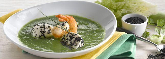 Zuppa di lattuga e gamberoni con mozzarella al sesamo