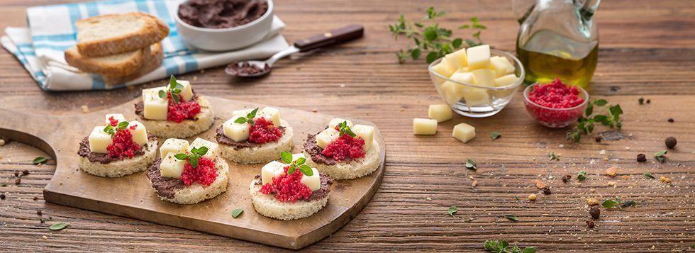 Crostini con paté di olive, uova di lompo e Galbanino