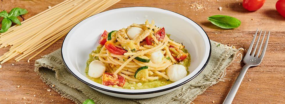 Spaghetti con crema di zucchine, pomodorini e mozzarelline