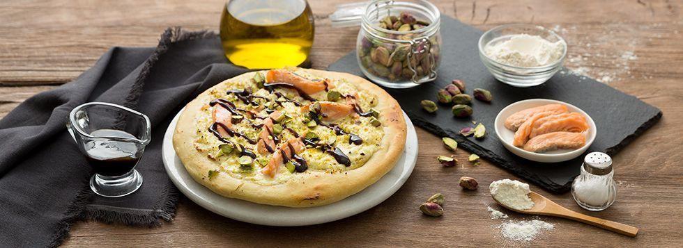 Pizza ricotta, salmone e crema di pistacchio