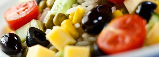 Insalata di riso, pollo e verdure