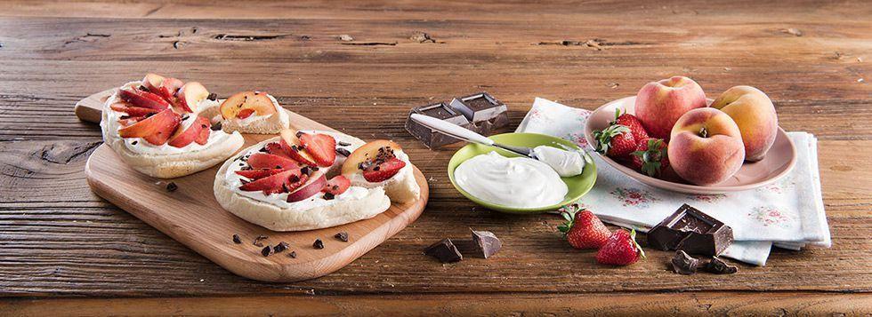 Fruit Pizza dolce con Pane Arabo, Formaggio Fresco Spalmabile Santa Lucia, fragole e pesche
