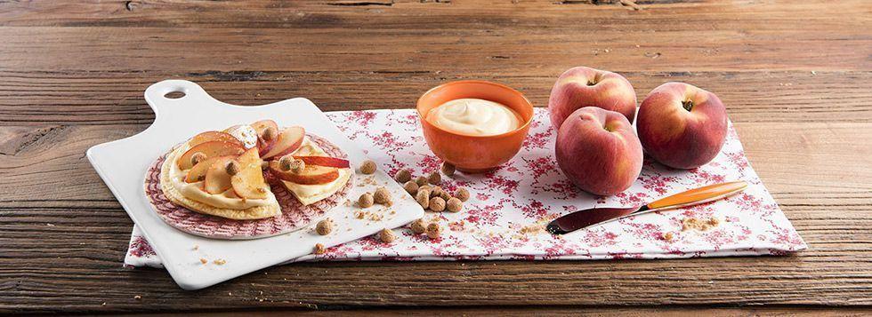 Mini Fruit Pizza di piadina con crema dolce al mascarpone e pesche