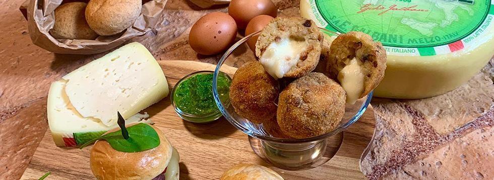 Aperitivo sardo: Minibuns, crocchette e pizzetta sfoglia con Bel Paese