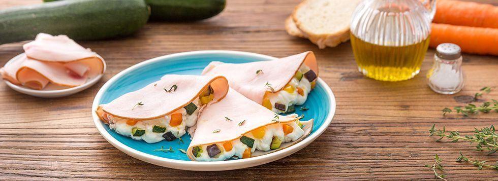Crepes di cotto di tacchino con formaggio e verdure