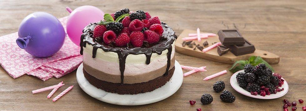 Torta con mousse al cioccolato e fragole